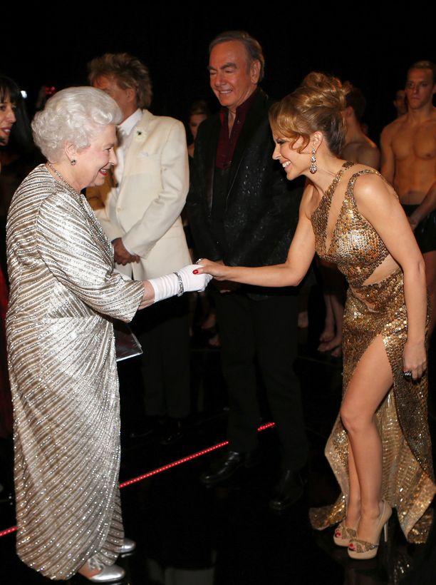 Kumpi kimaltaa enemmän: kuningatar Elizabeth II vai laulaja Kylie Minogue? Molempien säihkyvät iltapuvut näyttävät ihanilta.
