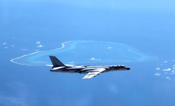 Kiinalaiskone partioimassa Etelä-Kiinan meren yllä.
