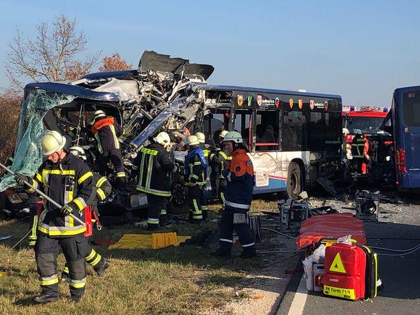 Bussit törmäsivät toisiinsa tuhoisin seurauksin Baijerissa. Onnettomuuden syy ei ole tiedossa.