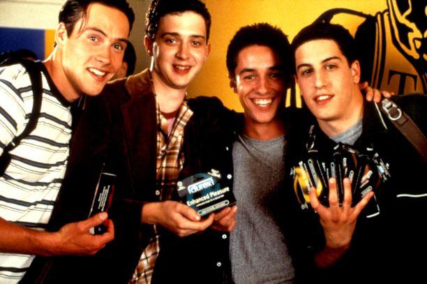 American Pie -elokuva ilmestyi vuonna 1999 ja siitä tuli välittömästi kansainvälinen hitti. Kuvassa tähdet Chris Klein(vas.), Eddie Kaye Thomas, Thomas Ian Nicholas ja Jason Biggs.