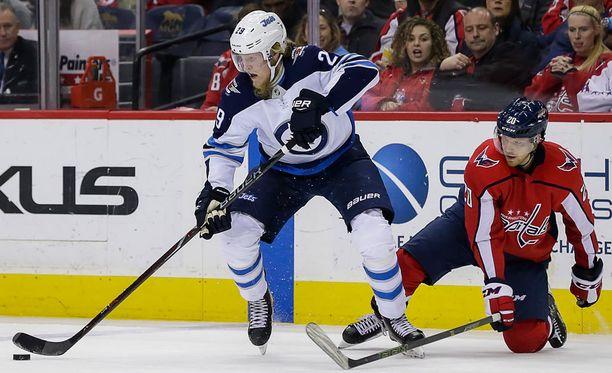 Winnipeg Jetsin Patrik Laine laukoi kauden 41. maalinsa Washington Capitalsia vastaan. Lars Eller toteaa suomalaisen vievän taas kiekon mennessään.
