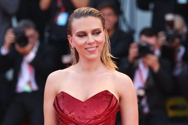 Scarlett Johansson syyttää Disneytä sopimusrikkomuksesta.