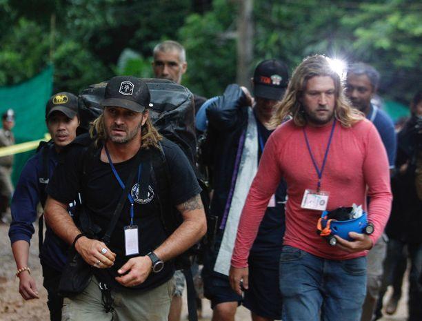 Mikko Paasi (vas.) teki Thaimaassa töitä muun muassa Erik Brownin kanssa (oik.).