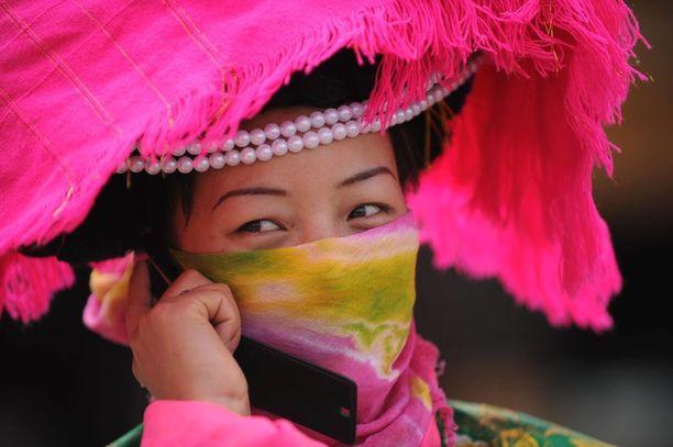 Nuoret ja vähän vanhemmatkin naiset pukeutuvat kansallispukuun nykyisin vain erikoistilanteissa ja turisteille esiintyessään. Arkena vaateparren virkaa toimittavat farkut ja peruspaita.