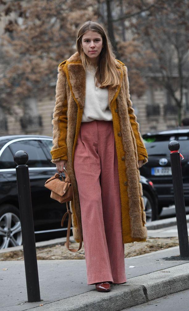 Myös pehmeät samettihousut lämmittävät nyt farkkuja paremmin. Valitse myös suosiolla pitkä takki, joka pitää viiman loitolla.