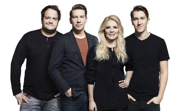 Kalle Lamberg, Aku Hirviniemi, Pamela Tola ja Jussi Vatanen hauskuuttavat livelähetyksissä lauantaisin.