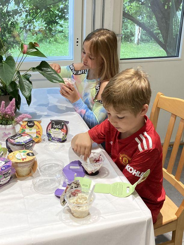 Hetki-rahkavälipalat maistuivat Neenalle ja Jooalle.