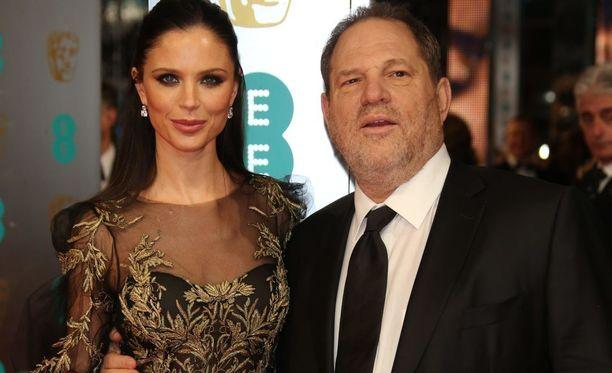 Weinstein yhdessä vaimonsa Georgina Chapmanin kanssa. Chapman kertoi eilen People-lehdelle jättävänsä miehensä, jota syytetään vuosien aikana tapahtuneista lukuisista seksuaalirikoksista.
