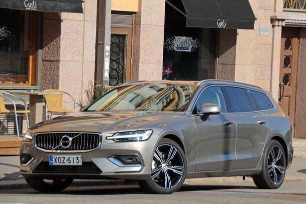 Volvo V60 näyttää hämäävästi isolta sisarukseltaan V90:seltä.