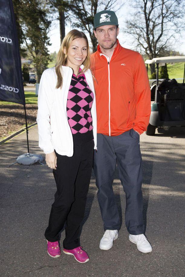 Mari ja Jontte Valosaari on kuvattu yhdessä golf-tapahtumassa vuonna 2015. He menivät naimisiin kesäkuussa 2013.