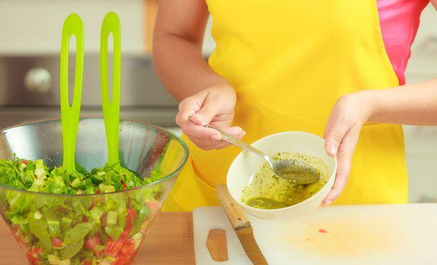 Älä unohda rasvapitoista salaatinkastiketta annoksestasi – se muun muassa auttaa vitamiineja imeytymään ja antaa sinulle energiaa.