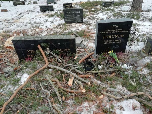 Moni hauta on oksien ja risujen peitossa.
