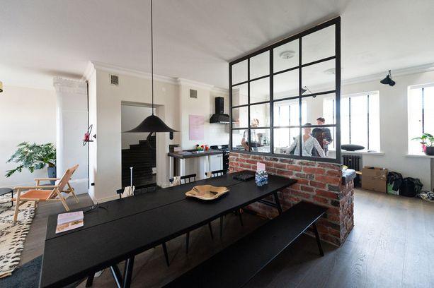 Asuntomessukodissa lasiseinä jakaa keittiön ruokailutilasta.