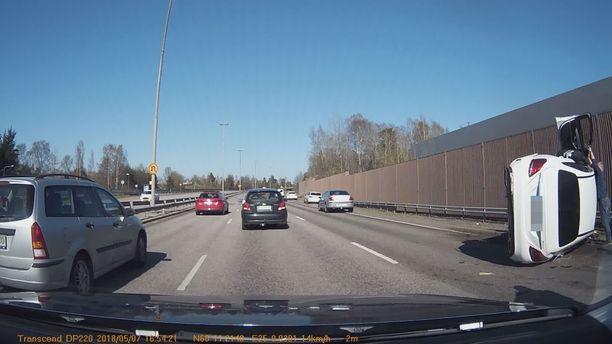 Poliisi epäilee kuljettajaa rattijuopumuksesta.