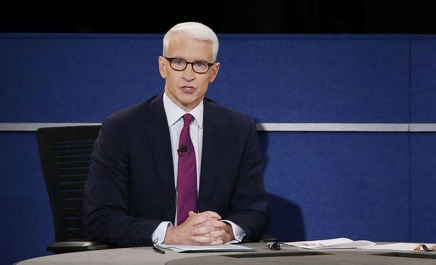 Anderson Cooper raportoi CNN:llä maailman tärkeimmistä tapahtumista. Kuva lokakuulta 2016 vaaliväittelystä.