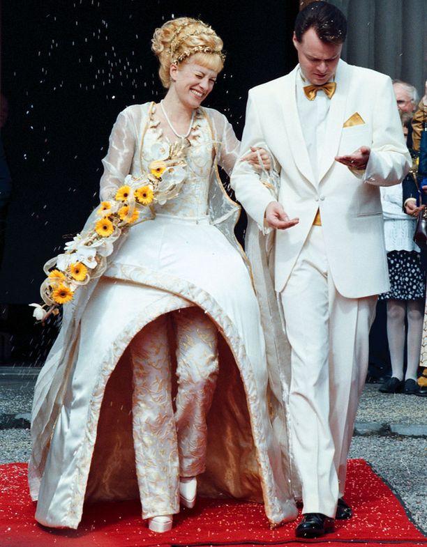 Laura ja Juha Heikkilä vihittiin avioliittoon vuonna 1998. Laura ei tyytynyt perinteiseen morsiuspukuun, vaan asteli avioon erikoisessa housupuvussa.