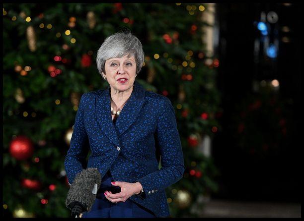 Theresa May jatkaa brittihallituksen johdossa. Hän puhui medialle keskiviikkoiltana luottamusäänestyksen jälkeen.
