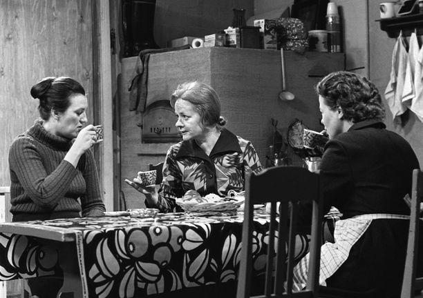 Rintamäkeläisissä keittiötä kutsutaan tuvaksi ja se on sosiaalisen elämän keskipiste. Sarjan edetessä myös Honkosten tuvasta tuli keskeinen tapahtumapaikka. Pöydällä kuviollinen kerniliina.