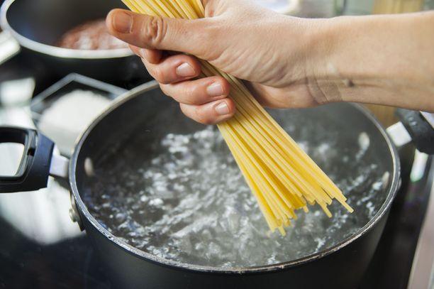 Pasta laitetaan kiehuvaan ja suolattuun veteen.