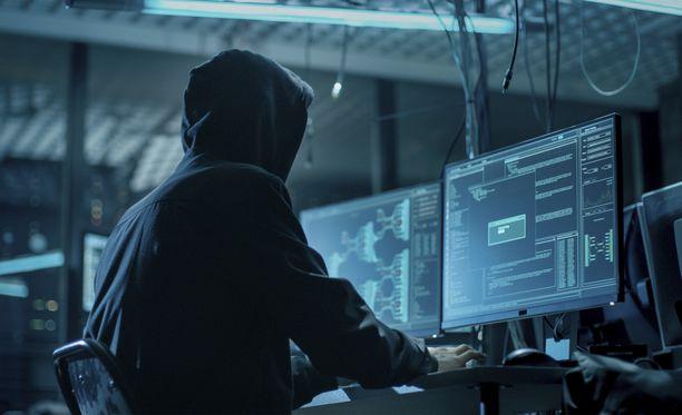 Hakkerit myyvät tilitietoja yksityisillä foorumeilla.