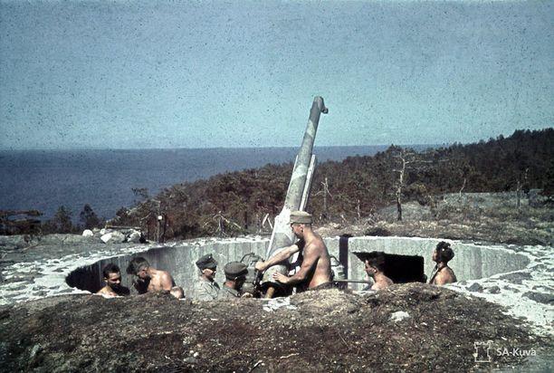 Paidattomat sotilaat hellepäivänä Suursaaressa kesäkuussa 1943. Majakalliossa sijaitseva 76 mm:n ilmatorjuntatykki oli tuolloin saaren turvana.