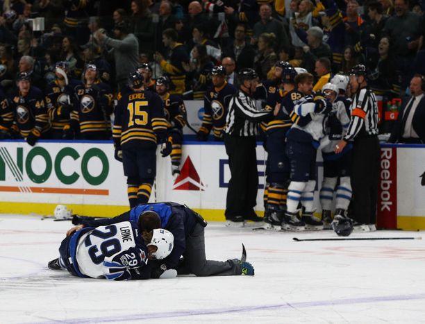 NHL-tähti Patrik Laine sai taklauksesta aivotärähdyksen tammikuussa. Laine makasi jäällä taklauksen jälkeen pitkään.