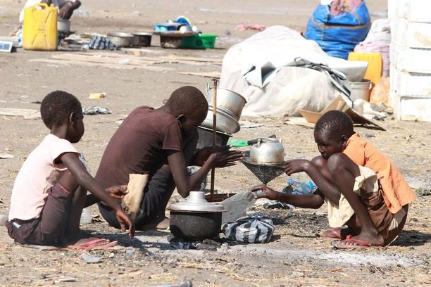 Sisällissodan kodeistaan ajamia pakolaisia Etelä-Sudanin pääkaupungin Juban kansainvälisen lentokentän lähelle perustetulla leirillä tammikuussa.