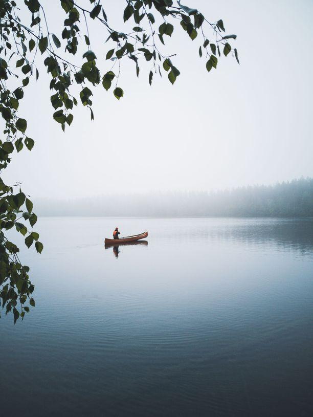 Iso-Melkuttimen järven voi kiertää merkittyä reittiä pitkin.