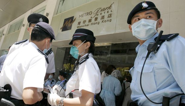 Poliisit vartioivat hotellin sisäänkäyntiä.