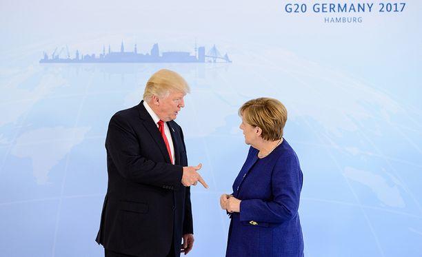 Kätelläkö vai eikö kätellä? Donald Trump osoitteli kuvassa Angela Merkelin käsiä.