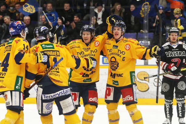 Lukko riemuitsee Janne Keräsen (keskellä) 1-0-maalia.
