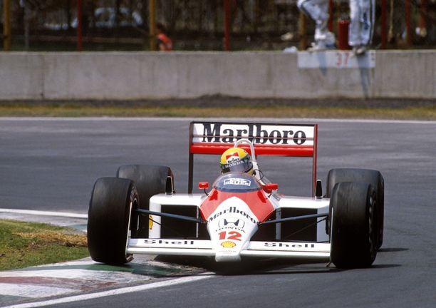 McLaren MP4/4 pyyhki vastustajillaan lattiaa.