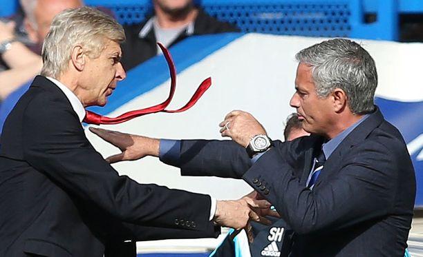 Jose Mourinho (oik.) haastoi Arsene Wengerin nyrkkitappeluun tässä välikohtauksessa vuonna 2014.
