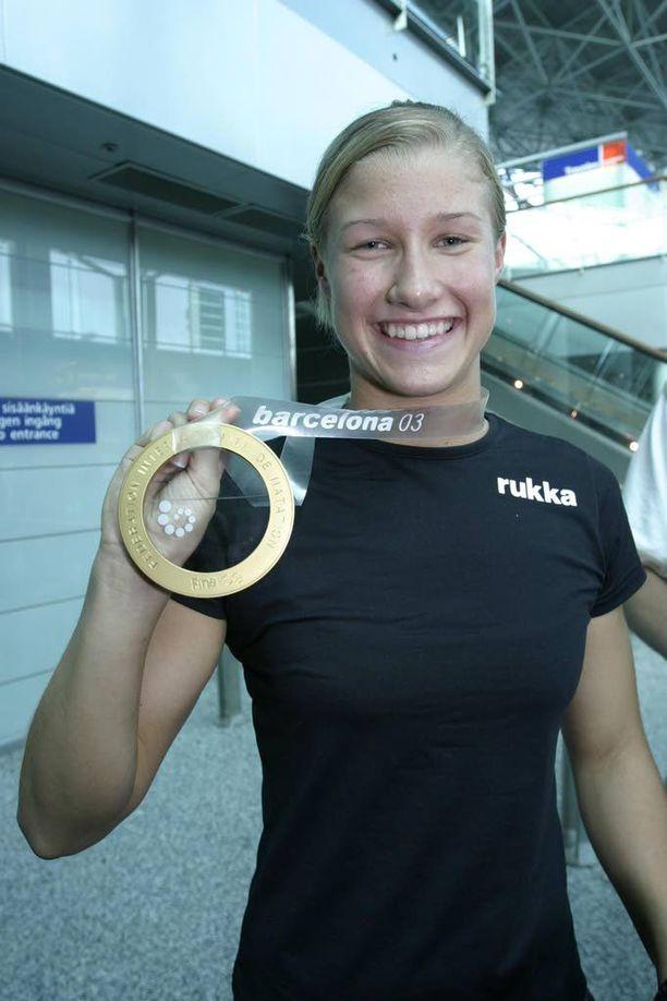 Hanna-Maria Seppälä esitteli MM-kultamitaliaan lentokentällä vuonna 2003.