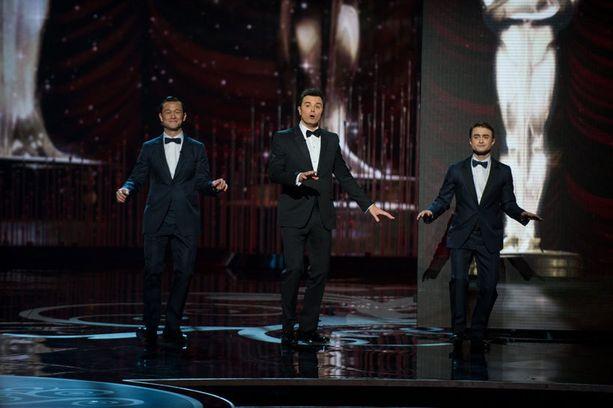 Juontaja MacFarlanen kanssa musiikkinumeron aikana lavalle nousivat tanssahtelemaan Joseph Gordon Levitt sekä Daniel Radcliffe.
