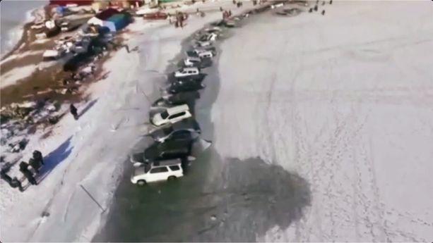 Hätätilaministeriön mukaan autoja oli vajonnut jäihin noin 45.