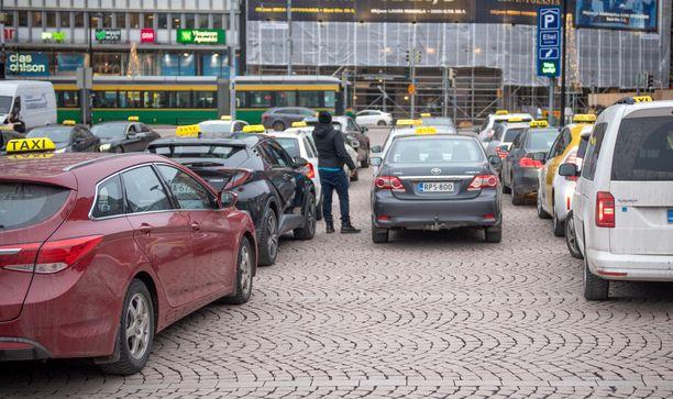 Heinäkuussa 2018 voimaan tulleesta taksiuudistuksesta tehdyt tuoreet selvitykset listasivat lukuisia alalle ilmestyneitä epäkohtia.
