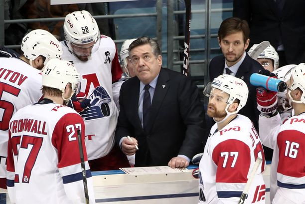 Päävalmentaja Mike Pelino (keskellä) antoi aikalisällä ohjeita pelaajilleen.
