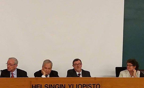 Vapaamuurarit Tom Waselius (vas.), Klaus Frösen, Jarmo Anttila ja ruotsinkielinen naisten johtaja Patricia Bogomoloff Helsingin yliopistossa.