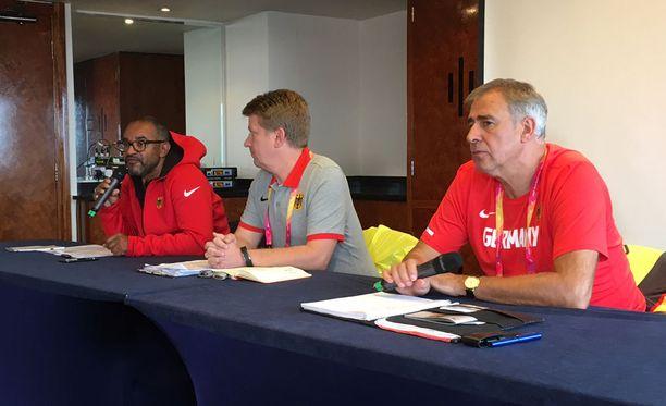 Ilmeet olivat vakavat Saksan joukkueen lehdistötilaisuudessa keskiviikkona Lontoossa. Lääkäri Andrew Lichtenthal kuvassa keskellä.