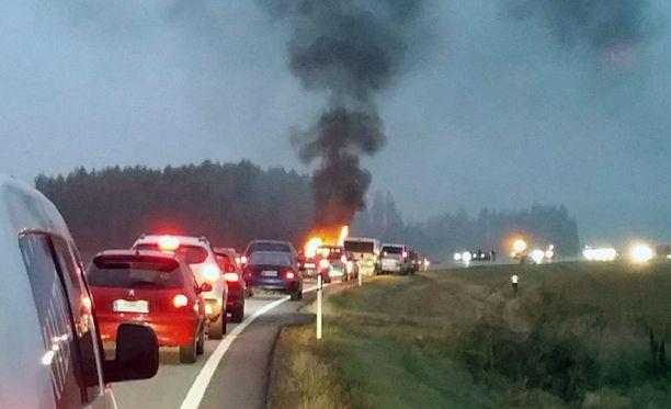 Moottoripyörä törmäsi henkilöauton keulaan, minkä jälkeen molemmat ajoneuvot suistuivat tieltä ja syttyivät palamaan.