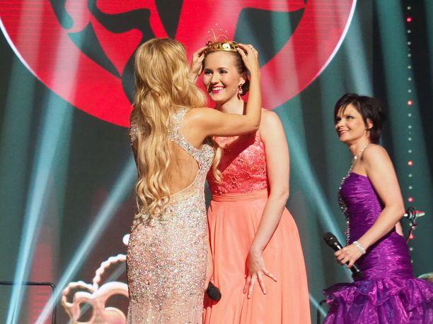 Erika Vikman luovutti kruununsa seuraajalleen.
