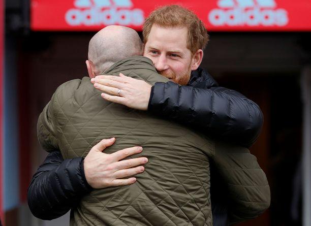 Prinssi Harryn ja Gareth Thomasin halaus.