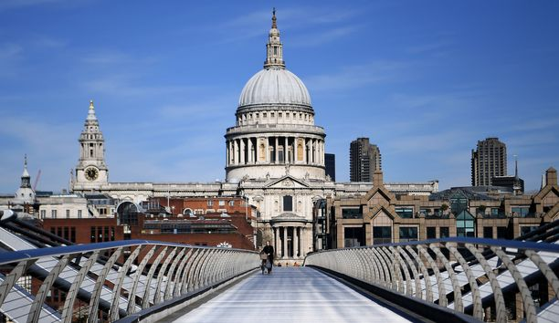 Millennium-sillalla Lontoon keskustassa kulkee yksi ihminen.