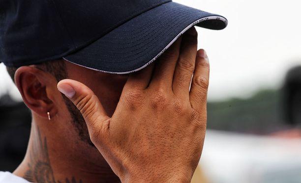 Lewis Hamiltonin kehonkieli huolestuttaa Nico Rosbergia.