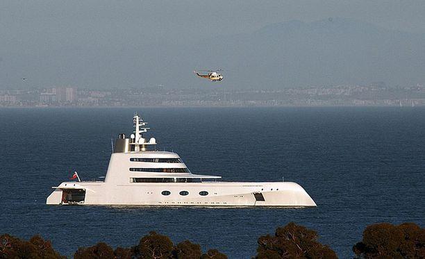 Myös Motor Yacht A on Philippe Starckin suunnittelema. Alus on myynnissä.