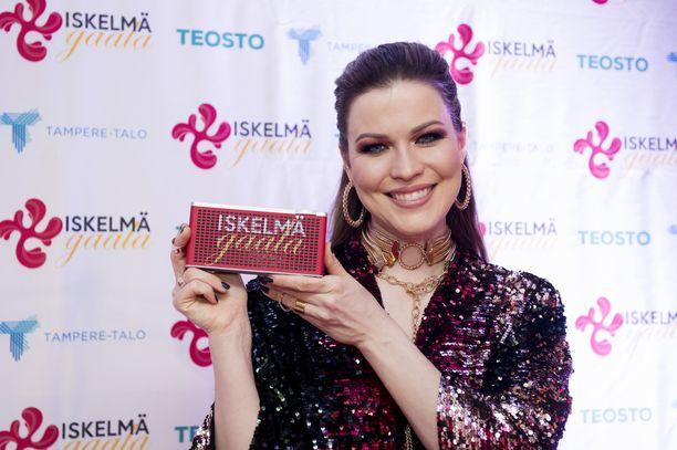 Jenni Vartiainen palkittiin helmikuun Iskelmä-gaalassa vuoden naisartistina.