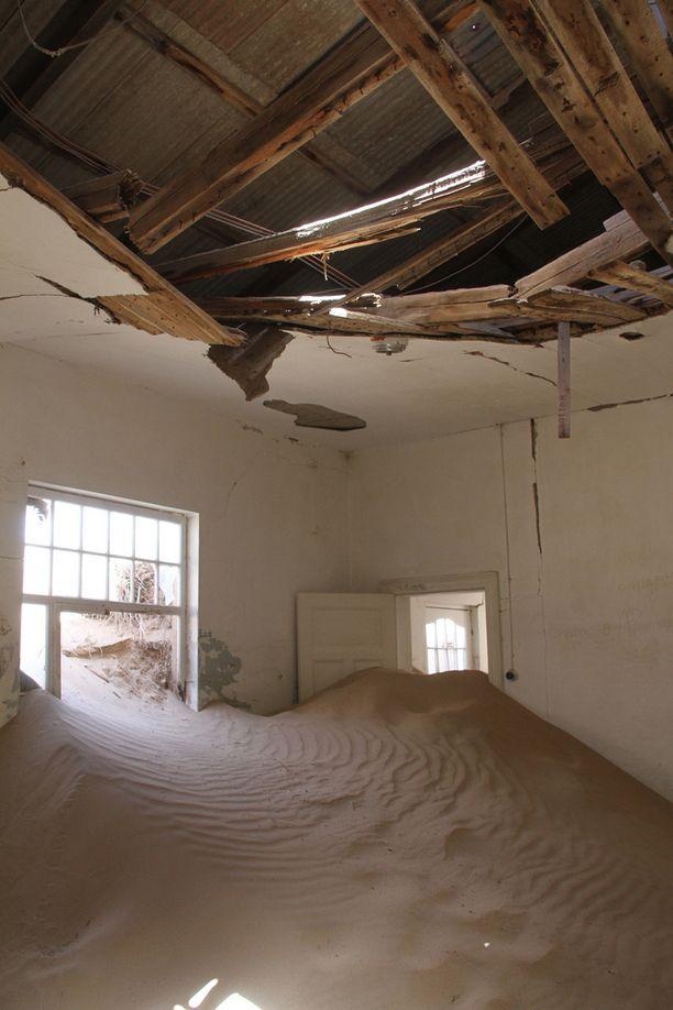 Autiomaan hiekka valtaa hiljalleen Kolmanskopin taloja.