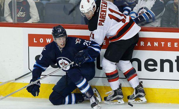 Winnipeg Jetsin Patrik Laine taistelee kiekosta New Jersey Devilsin PA Parenteaun kanssa.