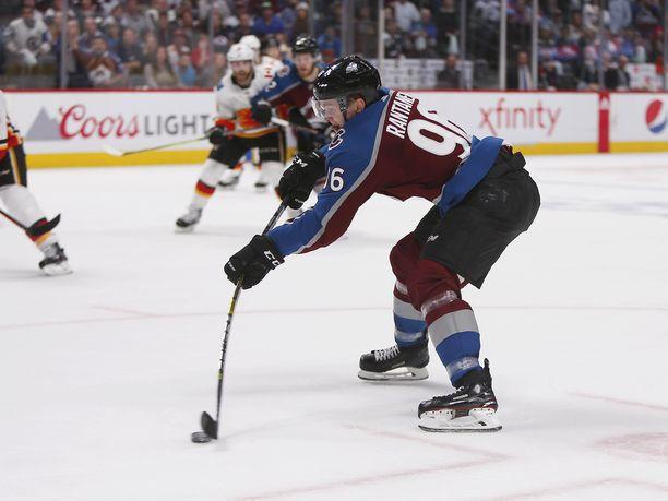 Mikko Rantanen iski kaksi maalia Calgaryn reppuun ja johdatti Coloradon 3–2-voittoon.